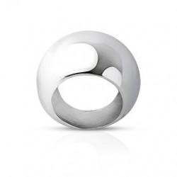 De zilveren uitpuilende brede ring van de vrouw