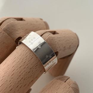 Zilveren ring gegraveerd met pek Genk juwelen.png